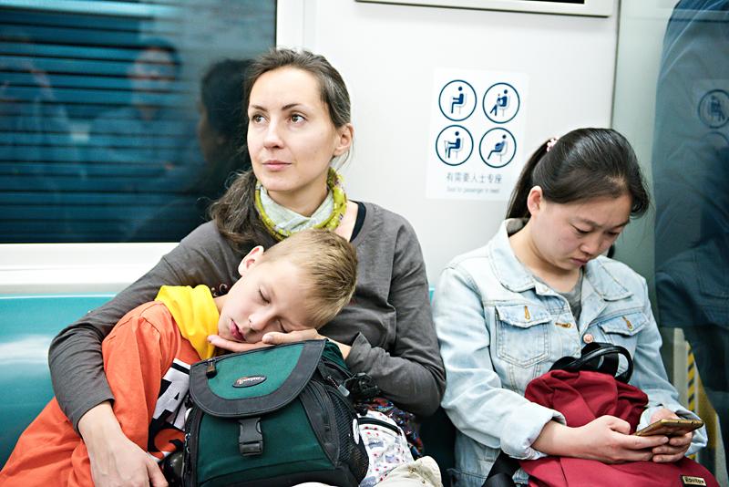 Chłopiec śpiący w metrze w Pekinie