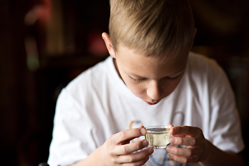 dziecko pijące chińską herbatę
